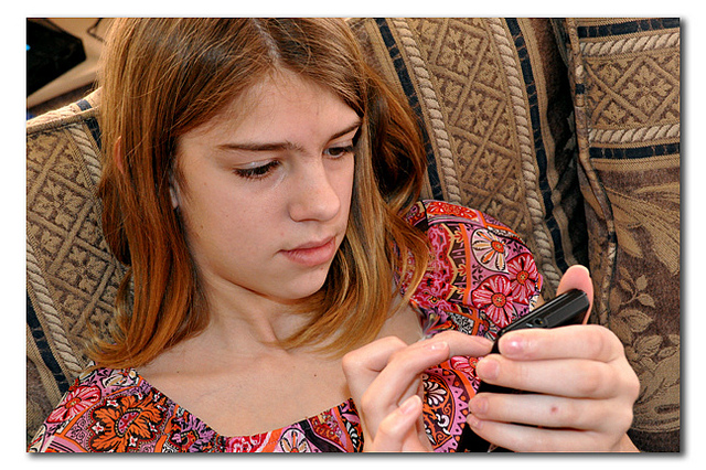 Tween Cell Phone Texting. By Carissa Rogers. Flickr/(CC BY 2.0)